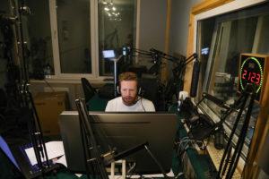 Диктор в студии записывает тифлокомментарий